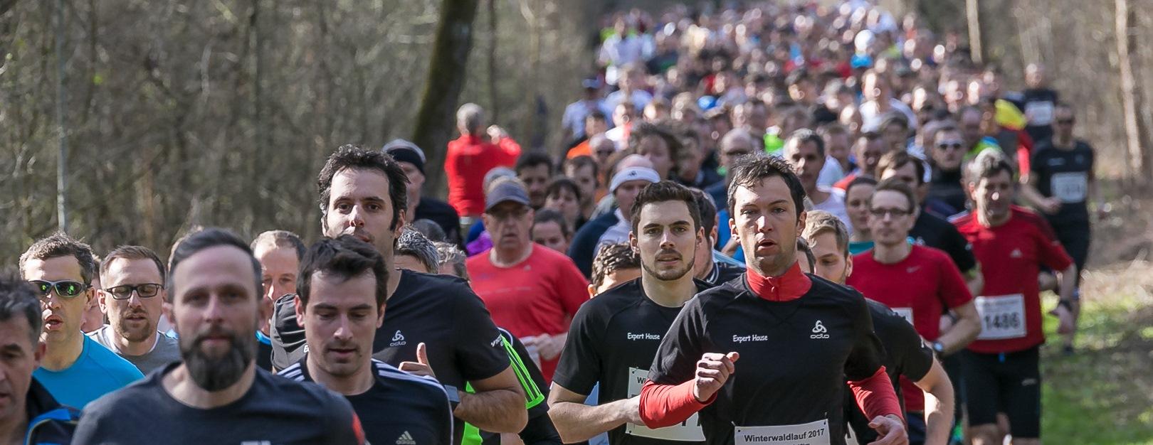 Teilnehmerschlange 10 km und Staffeln im Wald